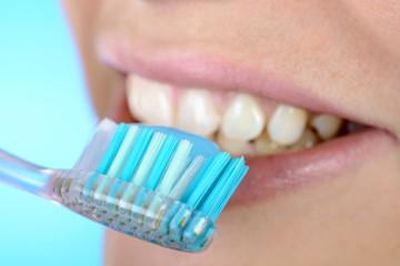 Zahnbürste reinigt Zähne mit Zahnpasta