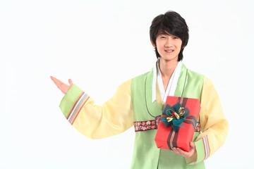한복 입은 한국 청년