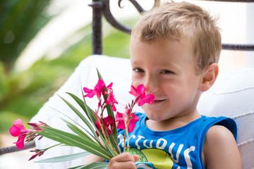 petit garçon et fleurs