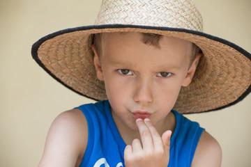 portrait d'enfant au chapeau