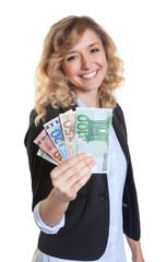Frau mit blonde Haaren hält Geldscheine