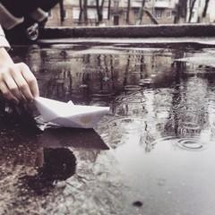 капли дождя в луже