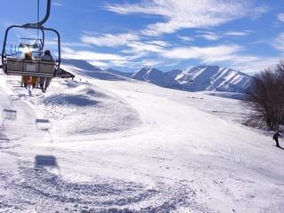 Seggiovia e sciatori. Panorama invernale montano