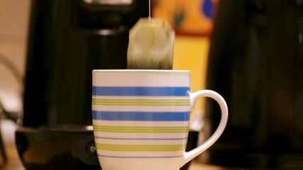 Tee zubereiten mit Teebeutel