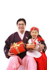 한복 입은 한국인 소녀와 할아버지