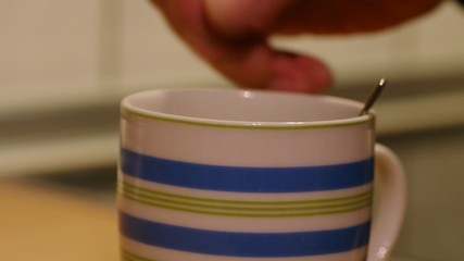 Tee mit Löffel umrühren
