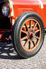 auto d'epoca con cerchio in legno