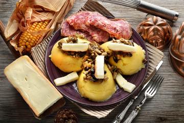polenta con funghi formaggio e sopressa veneta