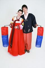 한복을 입고 판소리 하는 한국 남성과 한국여성