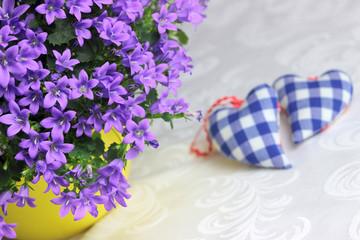 Bukiet dzwonków z sercami w tle