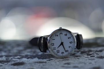 地面に落ちている腕時計