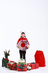 산타복장을 입은 아이들과 선물
