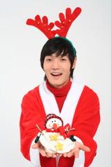 산타 복장을 한 남자와 선물꾸러미