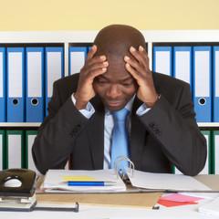 Afrikanischer Geschäftsmann im Büro unter Druck