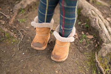 土が付いた子供用ブーツ