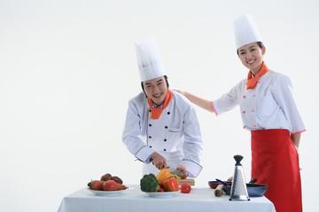 스튜디오 안의 요리중인 남자요리사와 여자요리사
