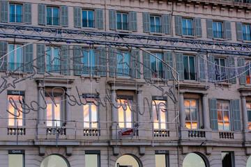 Façade immeuble avec reflet couché du soleil