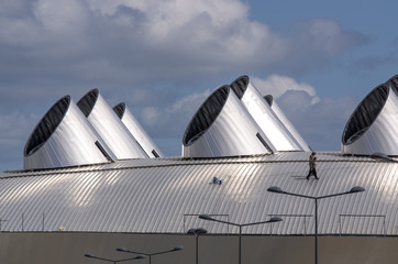 Ouvriers couvreurs sur un toit d'acier