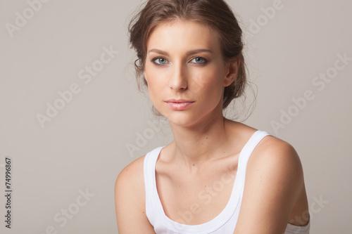 Póster Retrato del estudio de una mujer joven morena