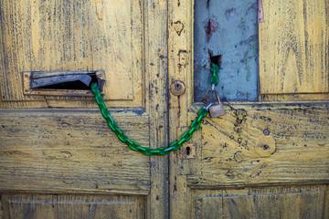 Porta vecchia in legno sbarrata, chiuso