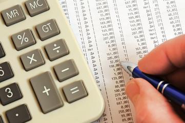 Калькулятор, ручка и таблица с цифрами