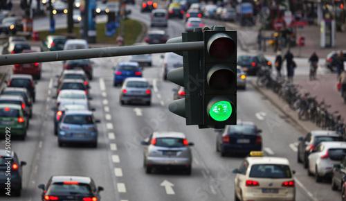 Leinwanddruck Bild Grüne Ampel, Großstadtverkehr in Hamburg, Deutschland