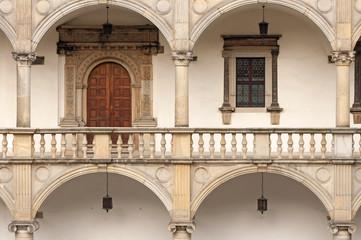 Drzwi i okno na zamku