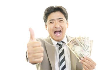 紙幣を持つ笑顔のビジネスマン