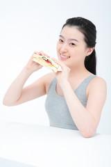 스튜디오 안의 다이어트하는 젊은 여성