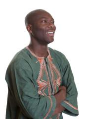Lachender Afrikaner in traditioneller Kleidung