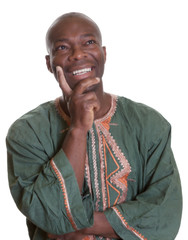 Verträumter Afrikaner in traditioneller Kleidung