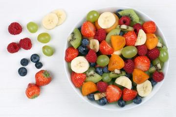 Obstsalat mit Früchte wie Erdbeeren, Bananen, Kiwi und Blaubeer