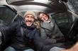 Coppia con cane in auto