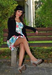 Junge Frau auf einer Bank