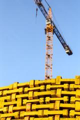 Baukran und Material auf einer Baustelle