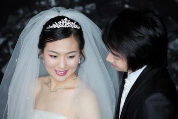 웨딩드레스와 턱시도를 입은 커플