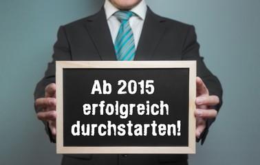 Ab 2015 erfolgreiche durchstarten! Businessmann mit Tafel