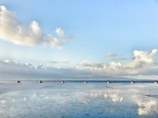 Riflessi tra cielo e mare