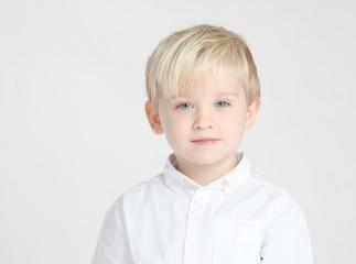 Hübscher Junge posiert im Studio