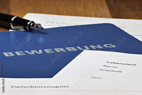Leinwandbild Motiv Bewerbungsmappe auf Schreibtisch
