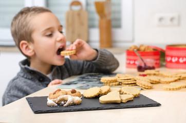 Kind probiert Kekse