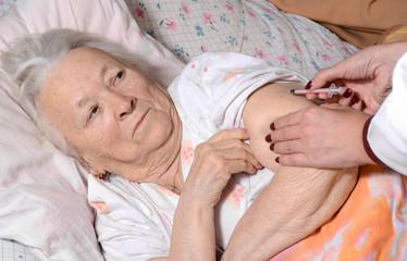 Diabetes patient got an insulin injection by nurse