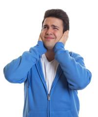 Mann im blauen Pulli sehnt sich nach Ruhe