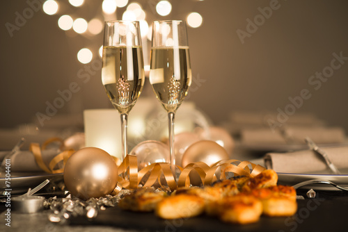 Papiers peints Fete, Spectacle new years eve party table with champagne flute ribon glitter