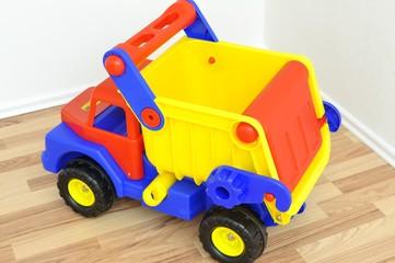 Spielzeuglaster im Kinderzimmer