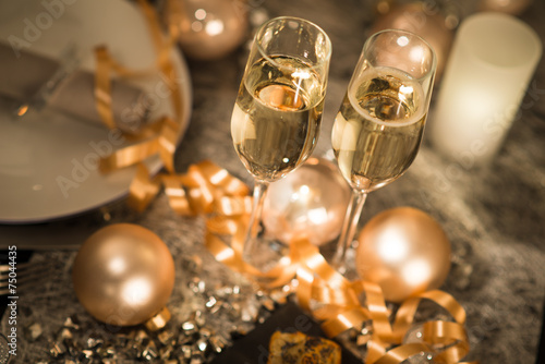 Tuinposter Uitvoering new years eve party table with champagne flute ribon glitter