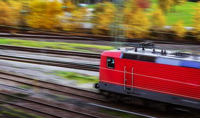 Zug auf Bahngleisen