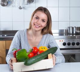 Junge Frau in der Küche ernährt sich gesund