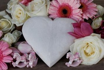 Herz mit Blumen und Schaukelpferden