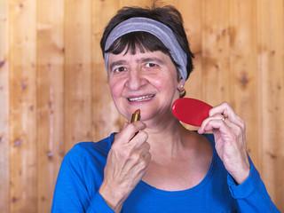 portrait de femme qui se met du rouge à lèvre